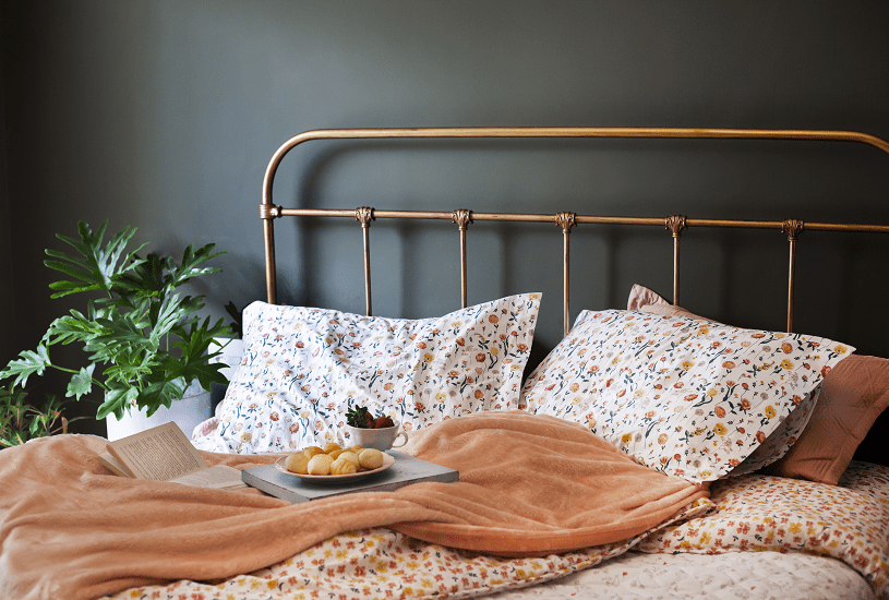 Combine estampas florais para uma cama mais alegre