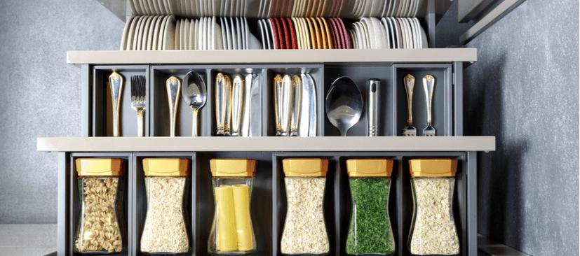 Como organizar o armário de cozinha e mantê-lo arrumado?