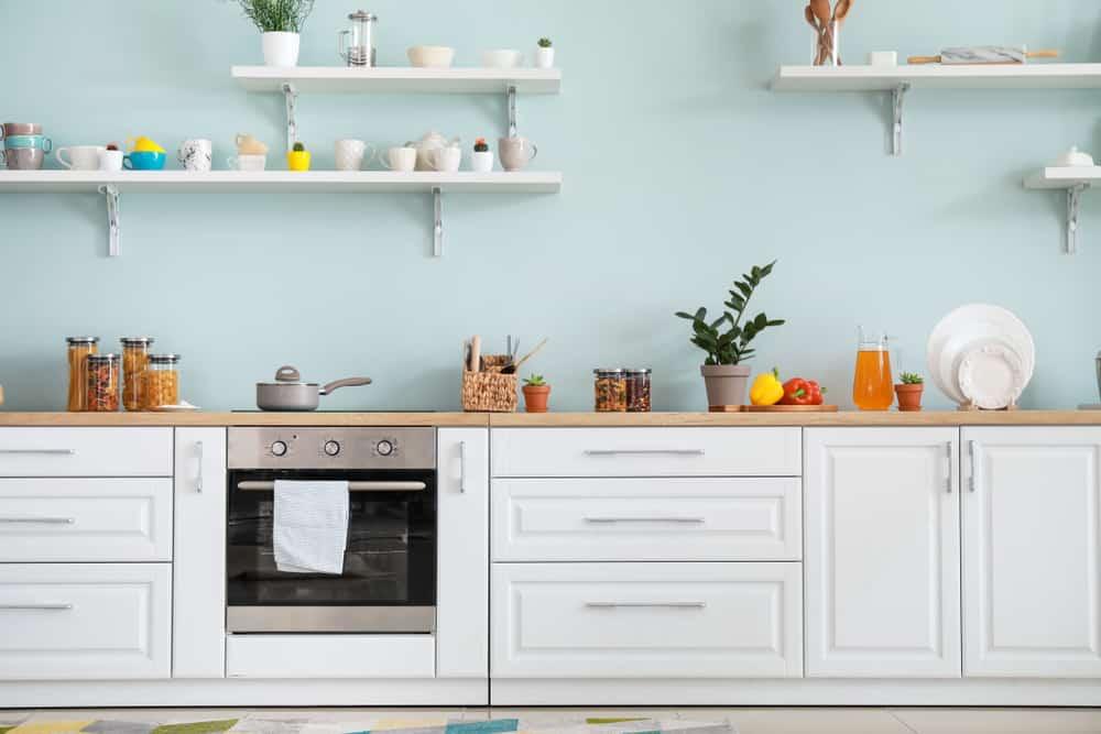 Como organizar a cozinha com prateleiras