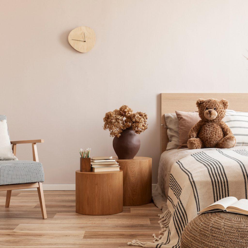 O feng shui no quarto de solteiro deve ter espaço de circulação e a parede acima da cama deve estar livre.