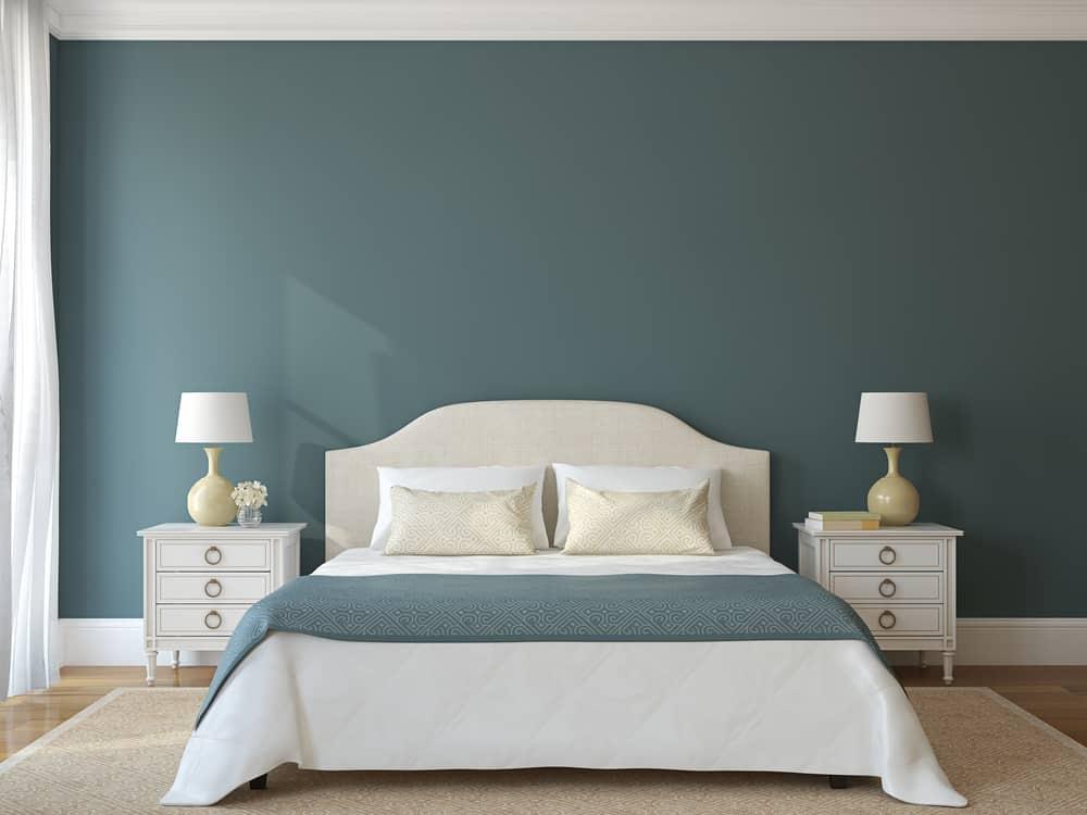 Feng shui no quarto de casal: é ideal duplicar mesas e luminárias para sensação de amplitude.