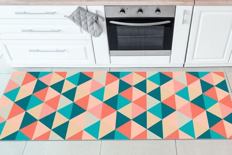 As estampas geométricas são opções atemporais, inclusive em tapetes para cozinha